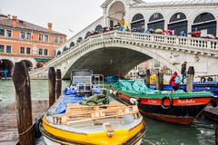 Туристы на дождливый день на мосте Rialto на большом канале в Венеции, Италии стоковое фото rf