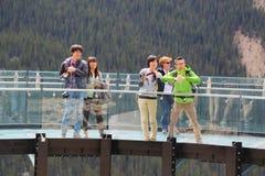 Туристы на леднике Skywalk в национальном парке яшмы Стоковая Фотография RF