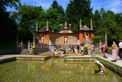 Туристы на замке Hellbrunn в Зальцбурге Стоковые Фото