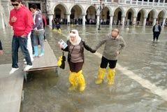 Туристы на затопленной городской площади Стоковая Фотография RF