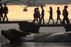 Туристы на заходе солнца, западное озеро, Ханчжоу, Чжэцзян, Китай стоковая фотография