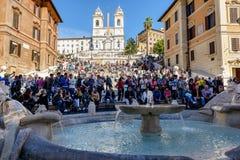 Туристы на испанских шагах, Рим стоковые фотографии rf