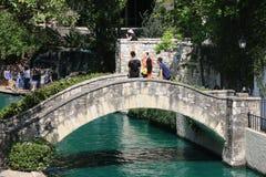 Туристы на каменном мосте, прогулке Сан Антонио реки Стоковые Фотографии RF