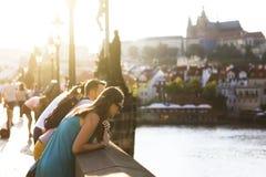 Туристы на Карловом мосте в Праге, чехии Стоковые Фото