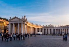 Туристы на квадрате St Peter в Ватикане Стоковые Изображения