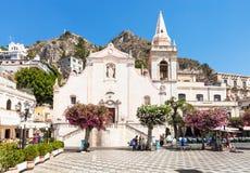 Туристы на квадратной аркаде IX Aprile в Taormina стоковая фотография