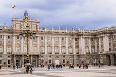 Туристы на королевском дворце Мадрида, Испании стоковые изображения rf