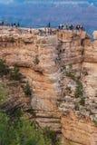 Туристы на краю гранд-каньона глубоко, ОБЩЕЕ РУКОВОДСТВО NP США стоковая фотография rf