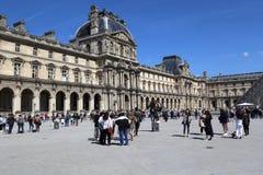 Туристы на Лувре в Париже, Франции Стоковое Изображение