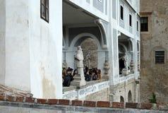 Туристы на мосте плаща водя к замку Cesky Krumlov стоковые фотографии rf