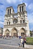 Туристы на Нотр-Дам, Париже, Франции Стоковые Фото