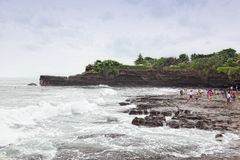 Туристы на океане плавают вдоль побережья около серии Tana виска Стоковые Изображения RF