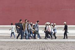 Туристы на дорожке в музее дворца, Пекине, Китае Стоковая Фотография