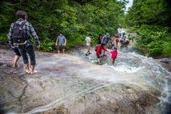 Туристы на падениях Kamuiwakka, Shiretoko Стоковая Фотография RF