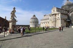 Туристы на памятниках Пизы, Италии Стоковые Изображения