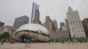 Туристы на памятнике фасоли Чикаго в парке тысячелетия сток-видео