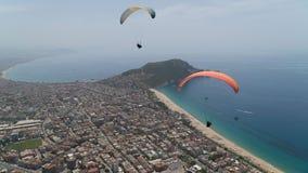 Туристы на параглайдинге видят Alanya от высоты стоковое изображение rf