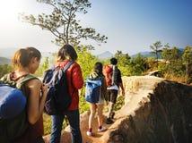 Туристы на пешем туризме приключения стоковые изображения rf