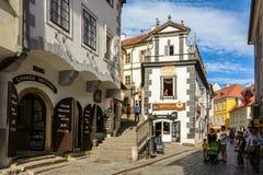 Туристы на пешеходной улице в чехословакском Krumlov, чехии стоковые изображения rf