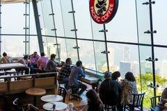 Туристы на пиковой башне на 02,2017 -го декабря в Гонконге Стоковое фото RF