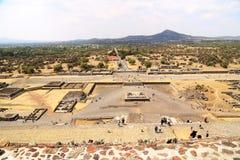 Туристы на пирамидах в Teotihuacan, Мексике Стоковое фото RF