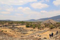 Туристы на пирамидах в Teotihuacan, Мексике Стоковые Изображения RF