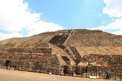 Туристы на пирамидах в Teotihuacan, Мексике Стоковое Фото