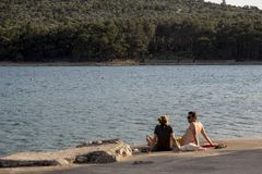 Туристы на пляже на острове Cres на Адриатическом море, Хорватии Стоковые Фотографии RF