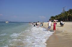 Туристы на пляже Стоковая Фотография RF