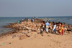 Туристы на пляже Rushikonda в Visakhapatnam стоковая фотография
