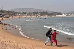 Туристы на пляже Rushikonda в Visakhapatnam стоковые изображения rf