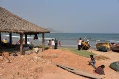 Туристы на пляже Rushikonda в Visakhapatnam стоковое фото rf
