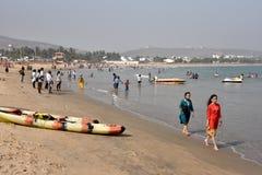 Туристы на пляже Rushikonda в Vishakhpatnam стоковая фотография rf