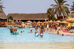 Туристы на празднике в бассейне, Тунисе Стоковая Фотография RF