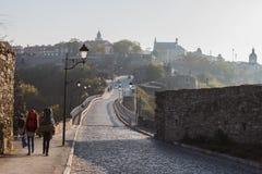 Туристы на предпосылке дороги от замка Kamenetz-Podolsk, Украины Стоковая Фотография RF