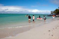 Туристы на пропилах Ile вспомогательных, Маврикий Стоковая Фотография
