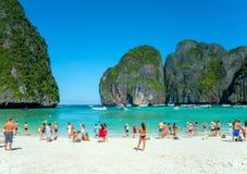Туристы на пляже залива Майя Стоковое Изображение