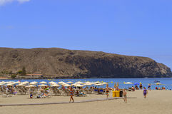 Туристы на пляже наслаждаясь солнцем Стоковые Фотографии RF