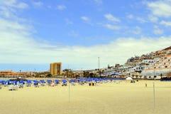 Туристы на пляже наслаждаясь солнцем Стоковое Фото