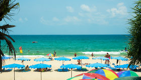 Туристы на пляже Kata Стоковая Фотография