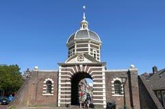 Туристы на древнем городе стробируют Morspoort в Лейдене Стоковые Изображения