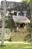 Туристы на руинах виска в Tikal Стоковые Изображения RF