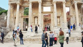 Туристы на руинах древнего города Ephesus, около библиотеки Celsus Панорамная съемка видеоматериал
