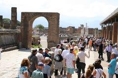 Туристы на руинах Помпеи в Италии Стоковое фото RF