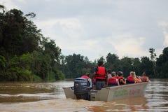 Туристы на сафари в прогулке Â джунглейна шлюпке Стоковые Изображения RF
