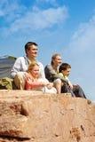 Туристы на скале стоковое изображение
