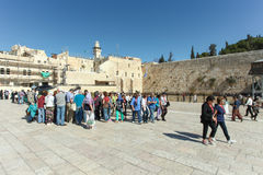 Туристы на смеси голося стены Иерусалима Стоковые Фотографии RF