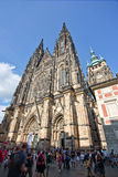 Туристы на соборе St Vitus Праги Стоковое Изображение