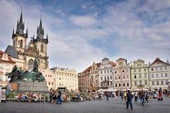 Туристы на старой городской площади Праги Стоковая Фотография