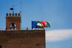 Туристы на сторожевой башне на Альгамбра, Гранаде стоковая фотография rf
